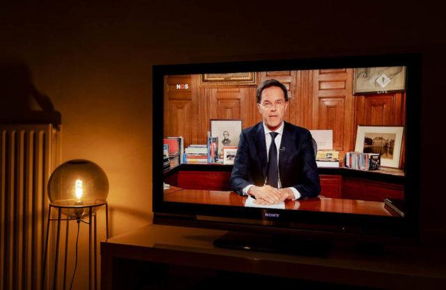 ルッテ首相のテレビ演説© ANP/Robin van Lonkhuijsen