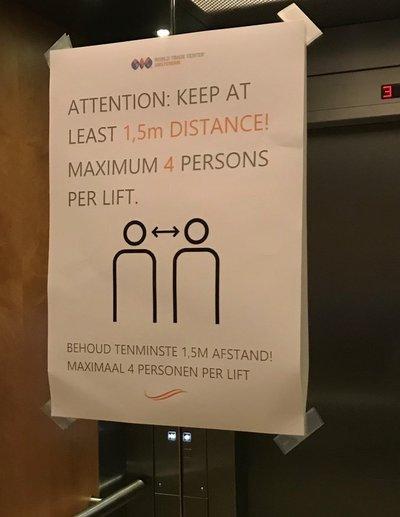 オフィスビルのエレベーター内に掲示された注意書き。「人との距離を1.5メートル置くこと」と書いてある