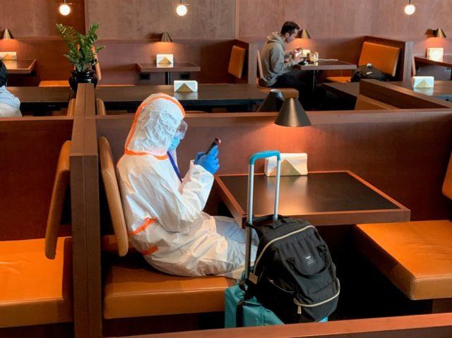 日本へ帰国した3月29日。ヒースロー空港で一つだけ開いていたキャセイ航空のラウンジで見かけた乗客