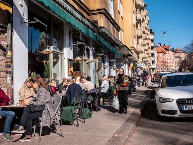 3月のストックホルム市内・週末に温かい陽射しを楽しむ市民。すぐに満席になったアウトドアカフェ。写真 Simon Rehnström