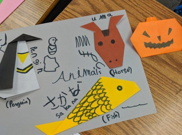 作品には生徒の個性が現れる。日本語も頑張って書いてみた