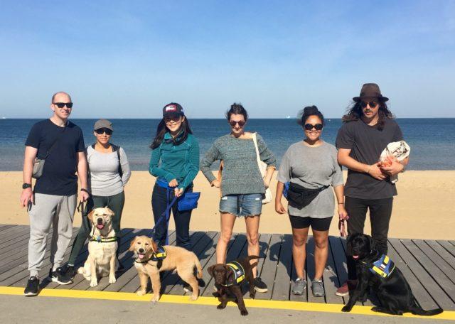 海岸沿いでトレーニングセッション。ハドソンは向かって左から2番目