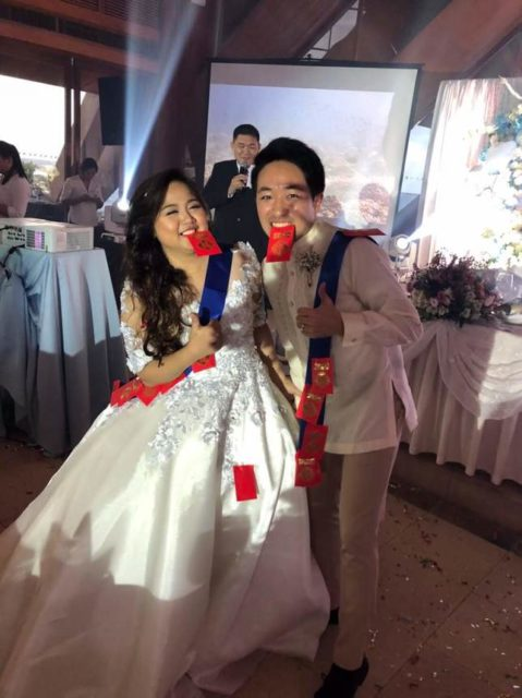 赤いご祝儀袋をつけた花嫁と花婿