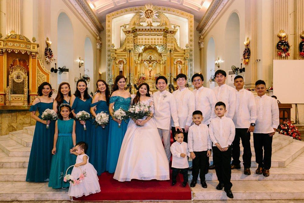 結婚式での次男夫婦(中央)ブライズメイド、グルームマンたちと
