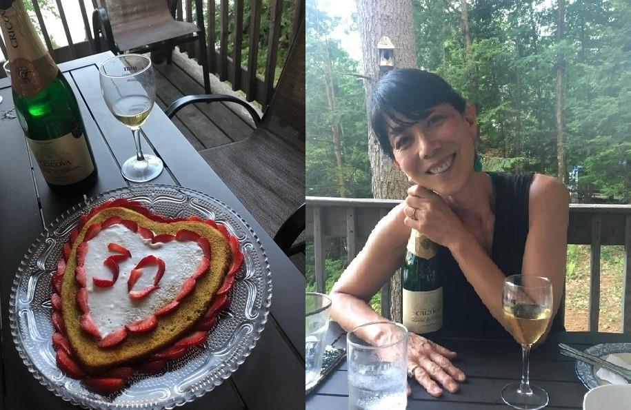 クリコヴァ・スパークリング・ワインに酔いしれて(右、筆者)、結婚30周年記念ケーキを添えて(左)
