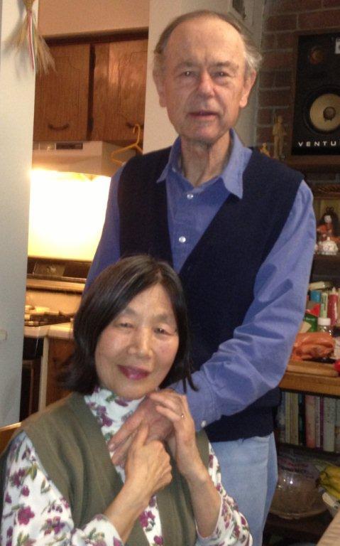 最愛の夫ピーターとともに2013年、夫の誕生日を祝う。無表情、無言だった夫の顔に一瞬豆電球が灯った瞬間