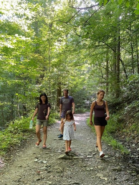 小さな孫がいつも先頭で行くハイキング