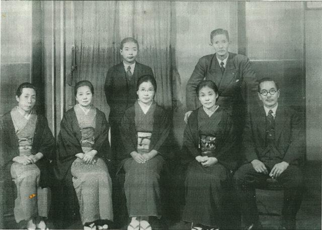 祖父は後列写真右で彼が手をかけている椅子に座っているのが祖母、祖母の隣で前列の真ん中に座っているのが辻まつ、左の女性二人はまつの妹たち