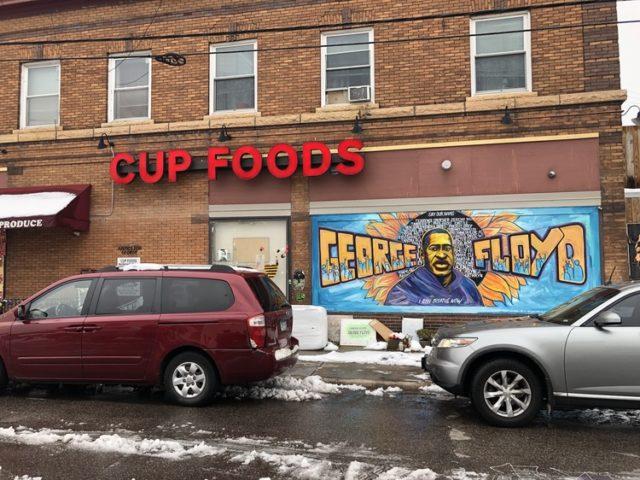 Cup Foodsの壁にある、フロイドさんの顔を描いたグラフィティ