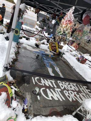 テントで覆われたフロイドさんの死亡現場