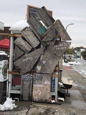 バス停の横に作られた、拳のモニュメント