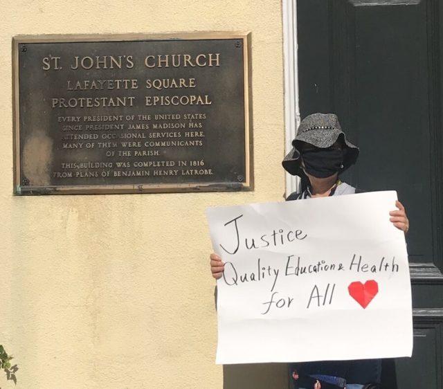 トランプが聖書を掲げその前で記念撮影をしたSt. John's Churchの前で、BLMプラザ設置後の大集会に参加した私も写真を撮影