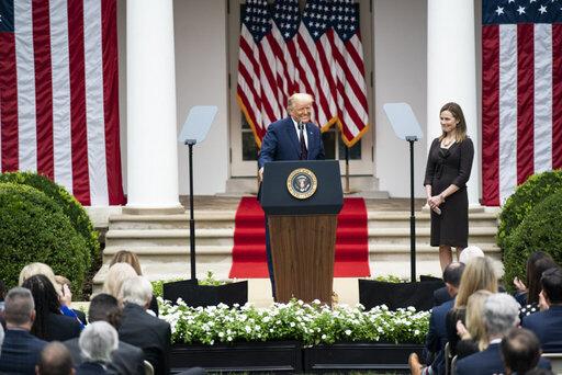 トランプがAmy Cony Barrettを最高裁判事に指名後の ホワイトハウスのローズガーデンでの式典。その後、出席者の少なくとも8 名がコロナに感染した (White House official photo)