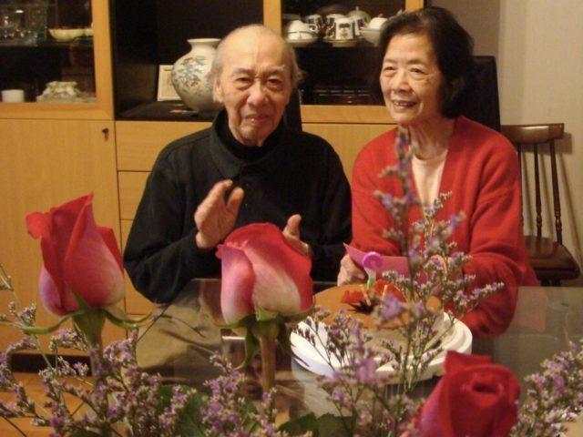 母(右)の誕生日を一緒に祝う(2012年)