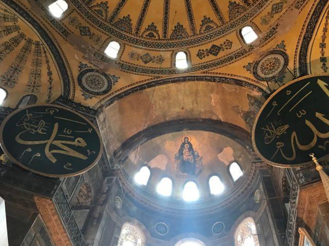 アヤソフィア。建物が歩んだ歴史どおりに、イエス様を抱くマリア像とムハマンドとアッラーの文字盤が同じ空間にあった