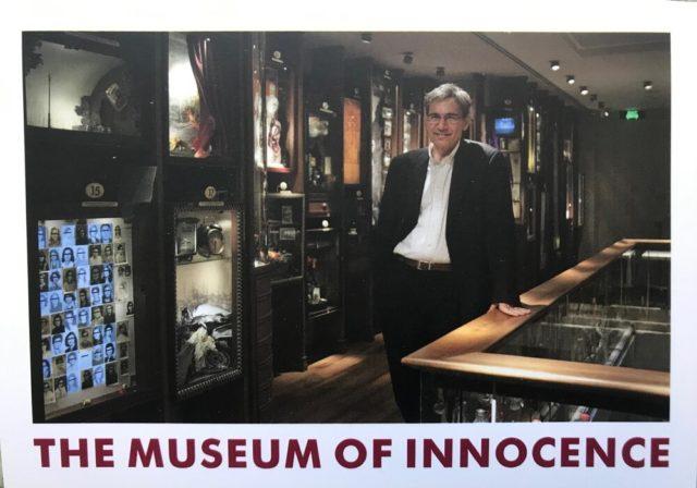 オルハン・パムク が微笑みを浮かべて佇む博物館の絵葉書は、海を渡ってDCと東京に
