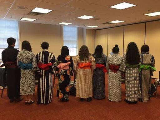 高校生の日本語弁論大会で、思い思いの浴衣を来た参加者たち