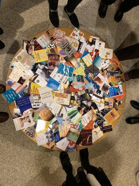 2005年から2019年までに読んだ全ての本の表紙。皆で記憶をたどりながら何年の何月に読んだか、思い出話と共に年月順に壁に並べていった