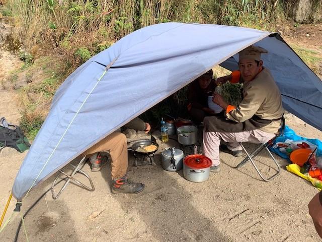 テントで食事作り