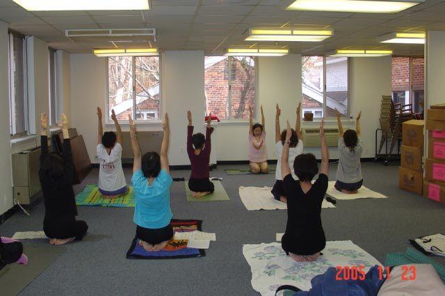 ケアファンド初期の体操教室 皆、熱心に体操していた