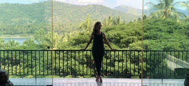 スリランカにある世界遺産の街・キャンディ郊外にて、自然と調和した暮らし。ヨガインストラクターになるための長いトレーニングと実技試験を終えた直後