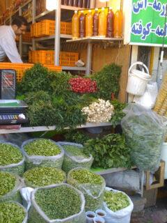 新鮮なそら豆、ひよこ豆、エンドウ豆などの豆類を販売するテヘランの店
