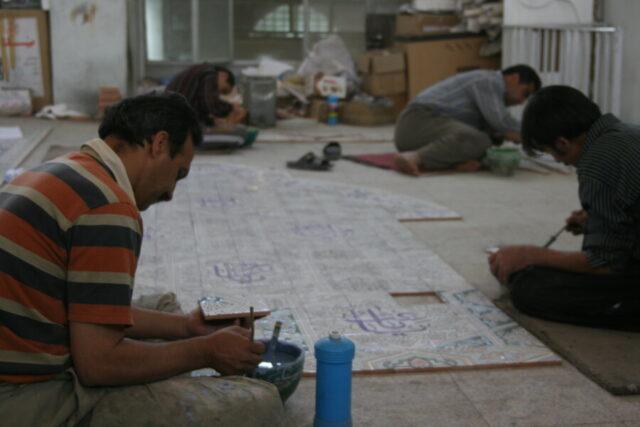 昔ながらの手作業で彩釉タイルづくりをする職人さんたち