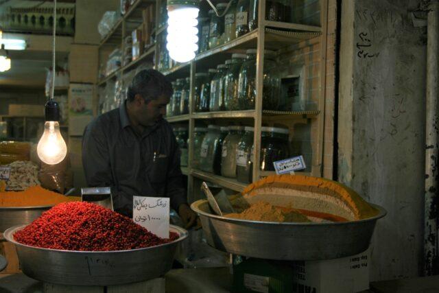 香辛料店。カラフルにブレンドされた香辛料をうず高く積んで量り売りしている。たらいにはスクープが添えられている